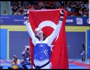 İrem Yaman tarihte bir ilki başardı Milli sporcu İrem Yaman, Dünya Tekvando Şampiyonası'nda kadınlar 62 kiloda altın madalya kazandı...
